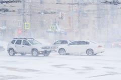 在的汽车交叉路 雪风暴在市切博克萨雷,楚瓦什人共和国,俄罗斯 01/17/2016 库存照片