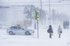 在的汽车交叉路 雪风暴在市切博克萨雷,楚瓦什人共和国,俄罗斯 01/17/2016 库存图片