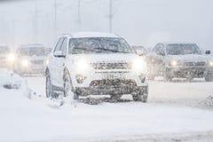 在的汽车交叉路 雪风暴在市切博克萨雷,楚瓦什人共和国,俄罗斯 01/17/2016 免版税图库摄影