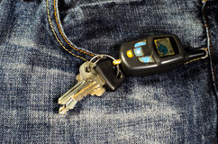 在的汽车钥匙蓝色牛仔裤 库存图片