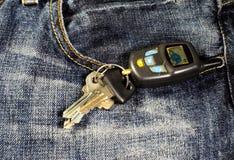 在的汽车钥匙蓝色牛仔裤 免版税库存照片