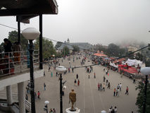 在的游人享受寒冷的观点在里奇路,西姆拉, Himacal Pradesh,印度 免版税库存照片