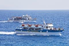 在的游人浮游物游艇,塞浦路斯 社论 06/02/2017 免版税库存照片