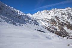在的滑雪轨道在Saas费的瑞士山 免版税图库摄影