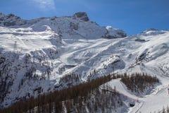在的滑雪轨道在Saas费的瑞士山 图库摄影