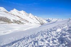 在的滑雪轨道在Saas费的瑞士山 免版税库存图片