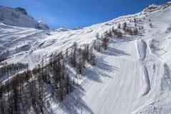 在的滑雪轨道在Saas费的瑞士山 库存照片