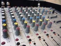 在的特写镜头一个混合的控制台的滑子 库存图片