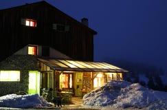 在的瑞士山中的牧人小屋在晚上 免版税库存照片