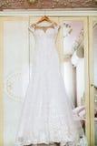 在的白色婚礼礼服肩膀,在仪式前 库存图片