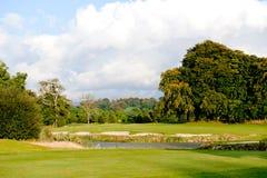在的秋天高尔夫球场 免版税库存图片