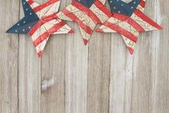 在的美国爱国老旗子星和被风化的木背景 图库摄影
