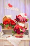 在的花束玫瑰在一个老木梳妆台的篮子 免版税图库摄影