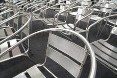 在的金属椅子行 图库摄影