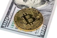 在的金黄bitcoin硬币美元关闭  免版税库存图片