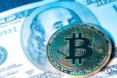 在的金黄bitcoin硬币美元特写镜头 免版税库存照片