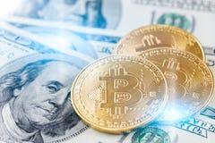 在的金黄bitcoin硬币美元笔记 免版税库存图片