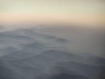 在的鸟瞰图从飞机的山 免版税图库摄影
