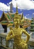 在皇宫的金雕象在曼谷,泰国 免版税库存图片