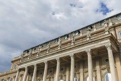 在皇家住所的门面的雕象在布达城堡 Buda 库存图片