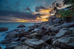 在皇家妈妈三的别墅,普吉岛,泰国的岩石岸 库存图片