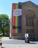 在皇家安大略博物馆在多伦多, Canad之外的WorldPride横幅 免版税库存照片