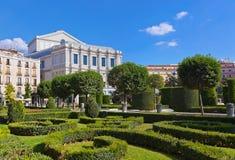 在皇家宫殿的公园附近的马德里 库存照片
