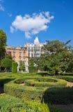 在皇家宫殿的公园附近的马德里 免版税库存图片