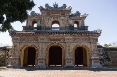 在皇家故宫入城堡的门 免版税库存图片