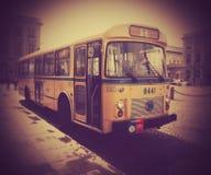 在皇家正方形的老黄色公共汽车,布鲁塞尔 图库摄影