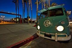 在皇家海滩码头的大众公共汽车,加利福尼亚 免版税库存图片
