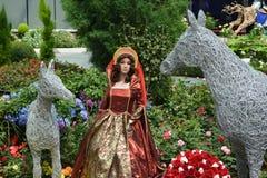 在皇家褂子的女王/王后玩偶 免版税库存图片