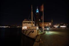 在皇家霍尔的背景的船在斯德哥尔摩 瑞典 05 11 2015年 图库摄影
