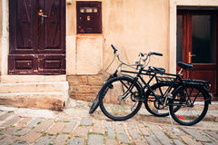 在皮兰街道的自行车  免版税库存图片