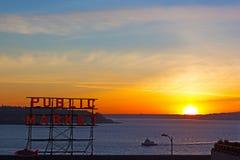 在皮吉特湾的冬天日落在派克市场附近 库存图片