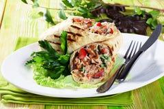 在皮塔饼面包的Shawarma在板材小静物画 图库摄影