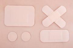 在皮肤背景的不同的医疗收口膏药 免版税图库摄影
