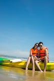 在皮船小船的愉快的夫妇 库存照片
