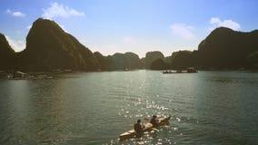 在皮船的上部看法夫妇休息在反对海景的天蓝色的海湾中 股票录像