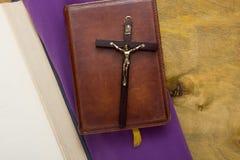 在皮革一定的宽容圣经 免版税图库摄影