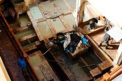 在皮革厂洗染水库在Fes,摩洛哥,举世闻名的摩洛哥皮革被做 免版税库存照片