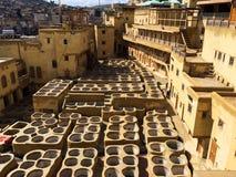在皮革厂洗染水库在Fes,摩洛哥,举世闻名的摩洛哥皮革被做 免版税库存图片