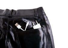 在皮革口袋USB绳子的白色USB缆绳与黑皮革口袋 库存照片