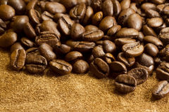 在皮革和粗麻布的咖啡豆 免版税库存图片