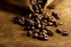 在皮革和粗麻布的咖啡豆 免版税图库摄影