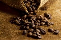 在皮革和粗麻布的咖啡豆 图库摄影
