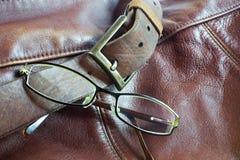在皮革背景的现代玻璃 免版税库存照片