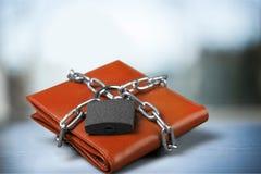 在皮革钱包,金钱保护的挂锁 库存图片