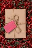 在皱纹纸的圣诞节礼物 免版税库存图片