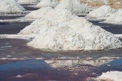 在盐农场,印度盐溶堆 库存图片